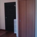 Porta interna scorrevole in legno con decoro